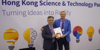 Profesor Jarosław Olaf Horbańczuk (z prawej) odbiera Nagrodę Specjalną od Hong Kong Science&Technology Parks Corporation