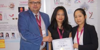 Docent Artur Jóźwik wręcza nagrodę specjalną IGAB PAS wynalazcom z Tajwanu
